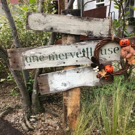 庭のプレートにハロウィンリースを飾った画像