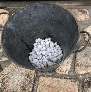 鉢に鉢底石を入れた画像