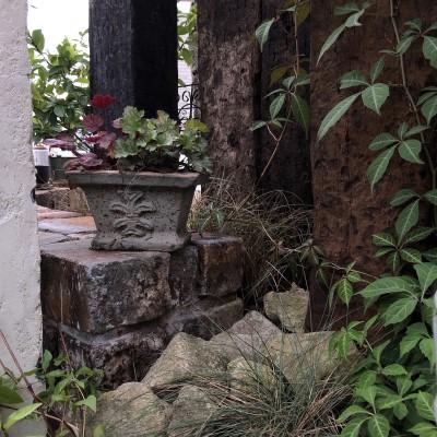 鉢植えを棚に置いた画像
