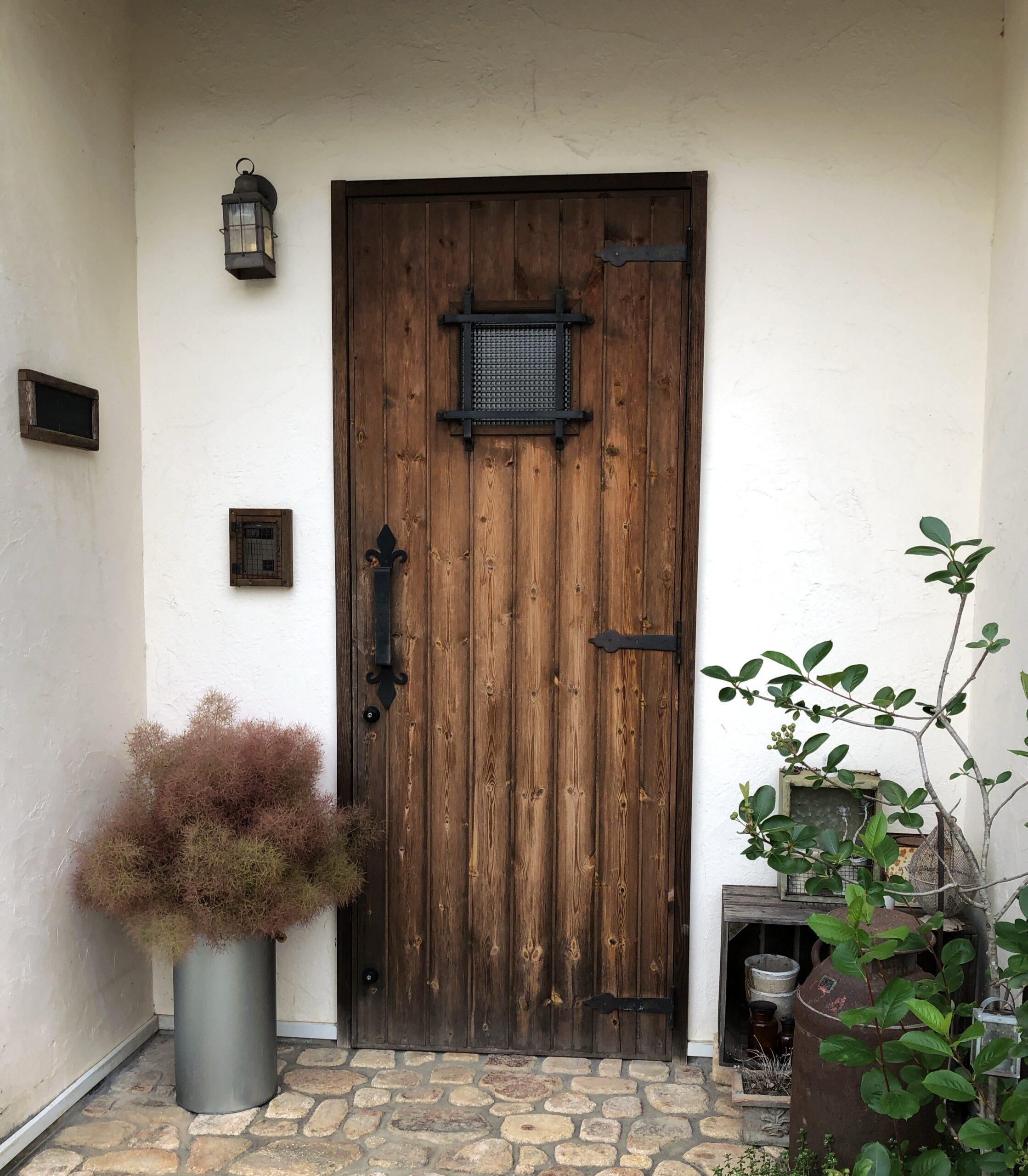 スモークツリーを玄関に飾った画像